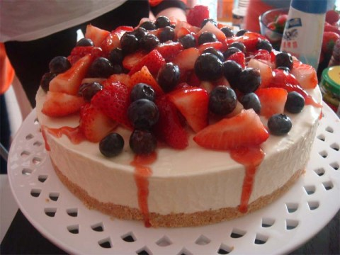 White Chocolate Cake with Berries (per lb)